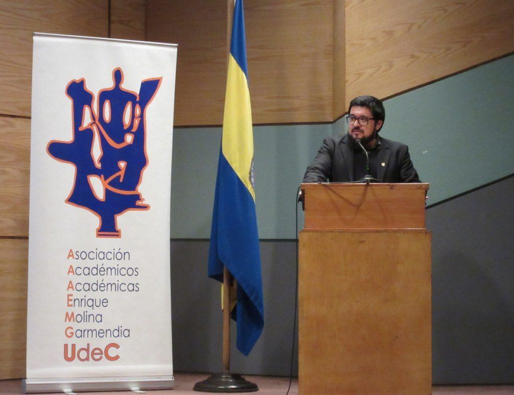 Dr. Marcelo González, presidente de la Asociación de Académicos, presentando a Jiménez